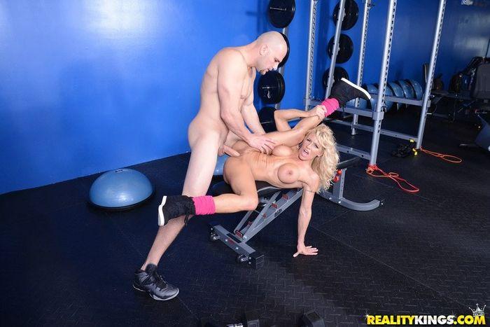 Зале в порно блондинками с тренажерном